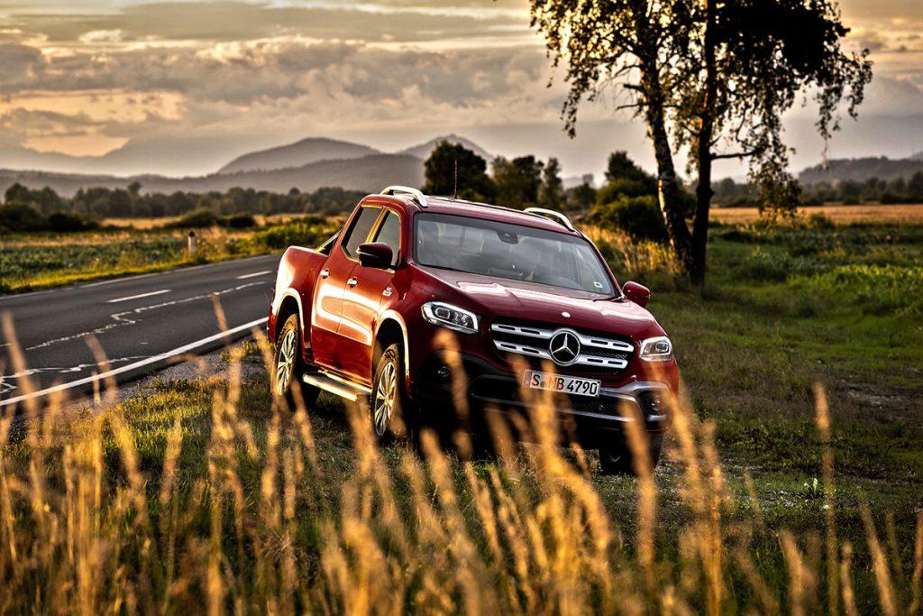 Mercedes-Benz X-Klasse – Exterieur X 350 d 4MATIC, 190 kW (258 PS), Danakilrot, Ausstattungslinie PROGRESSIVE, 18 Zoll Felgen (vorläufige Werte: Kraftstoffverbrauch kombiniert: 9,0 l/100 km, CO2-Emissionen kombiniert: 237 g/km); Mercedes-Benz X-Klasse – Interieur X 350 d 4MATIC, Ausstattungslinie PROGRESSIVE, Sitzbezug Ledernachbildung ARTICO / Mikrofaser DINAMICA schwarz, Fahrprogrammschalter DYNAMIC SELECT, (vorläufige Werte: Kraftstoffverbrauch kombiniert: 9,0 l/100 km, CO2-Emissionen kombiniert: 237 g/km) // Mercedes-Benz X-Class – Exterior X 350 d 4MATIC, 190 kW (258 PS), danakil red, equipment line PROGRESSIVE, 18 inch wheel-rims, (Preliminary data: fuel consumption combined: 9.0 l/100 km, CO2 emissions combined: 237 g/km); Mercedes-Benz X-Class – Interior X 350 d 4MATIC, equipment line PROGRESSIVE, upholstery ARTICO man-made leather/DINAMICA microfiber black, DYNAMIC SELECT system, (Preliminary data: fuel consumption combined: 9.0 l/100 km, CO2 emissions combined: 237 g/km)